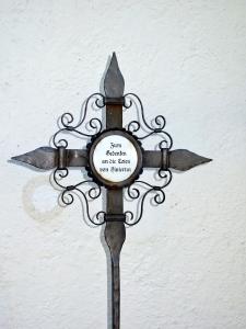 Schmiedeeiserners Erinnerungskreuz in Mauern