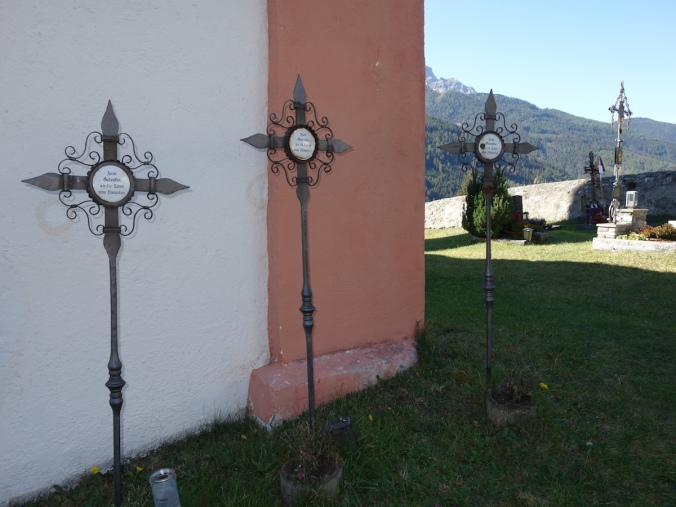 Drei Kreuze vor der Ursula-Kirche in Steinach Mauern