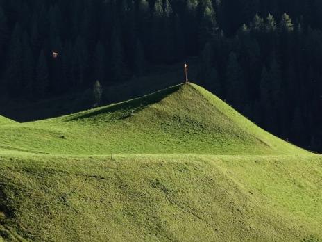 Vermutlich von einem Gletscher geformt erhebt sich dieser Hügel wie eine Mini-Pyramide.