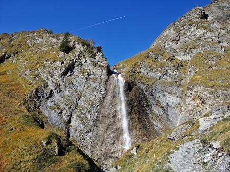 Der Wasserfall. Er wird über eine nahezu senkrecht abfallende Wand 'umgangen'.