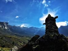 Einer der beiden Wächter des Valsertales. Im Hintergrund die Berge der Zillertaler Alpen.