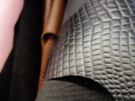 Verschiedene Lederarten stehen für die Fertigung von Taschen zur Verfügung.
