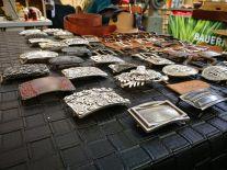 Das Angebot von Gürtelschnallen ist einigermaßen riesig. Bild: SaSch