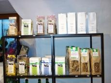 Im Tee-Salon in Glurns sind auch andere BIO-Produkte aus dem Vinschgau zu kaufen.