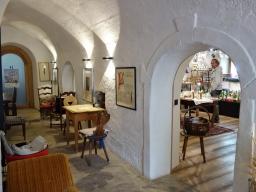 Neuer Glanz in alten Mauern: der Tee-Salon von Siegi Platzer und Traude Horvath in Glurns.
