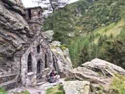 Die Felsenkapelle auf dem Weg nach Innergschlöss.