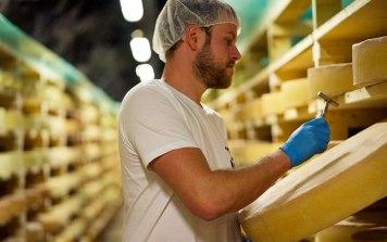 Der Prozess des Käsemachens kann in der Schausennerei mit verfolgt werden. Bilder: https://almsennerei.at/
