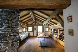Der Verkaufsraum der Almsennerei Tauer ist ein architektonisches Schmuckstück. Bild: Almsennerei Tauer