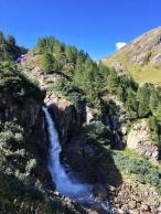 Wasserfall im Gschlösstal. Noch rauschen die Wildbäche. Solange halt, wie die Gletscher noch vorhanden sind.