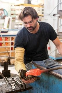 Der Glasmacher Richard Weber übt einen aussterbenden Beruf aus. Bild: tyrolia/Wilhelm
