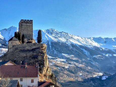 Burg Laudeck und die Berge des Kaunergrates
